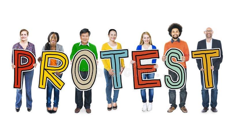Różnorodny grupy ludzi mienia teksta protesta pojęcie fotografia royalty free