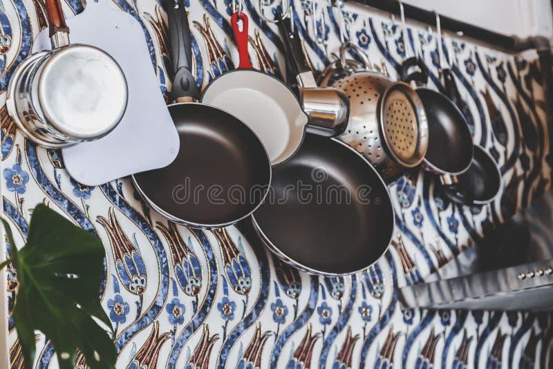 Różnorodny kitchenware protestuje obwieszenie fotografia stock