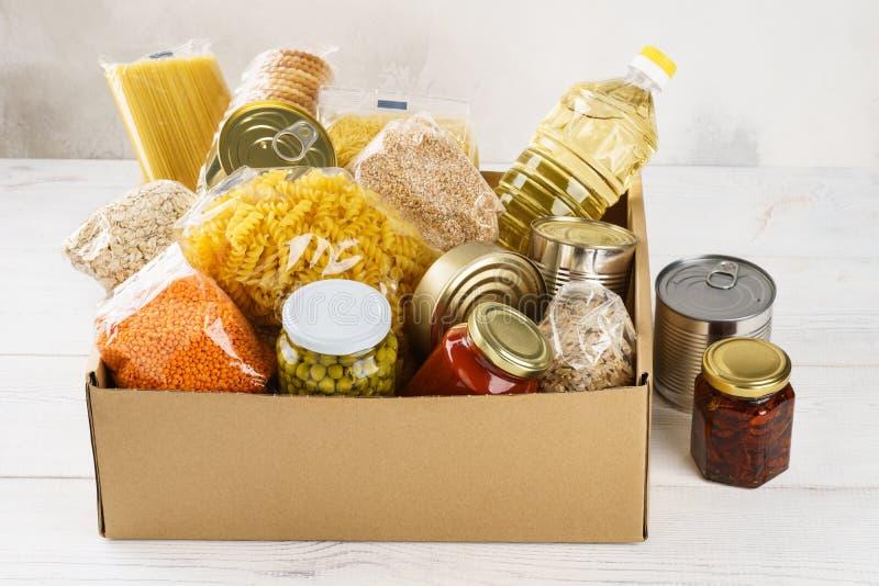 Różnorodny konserwować jedzenie, makaron i zboża w kartonie, zdjęcie stock