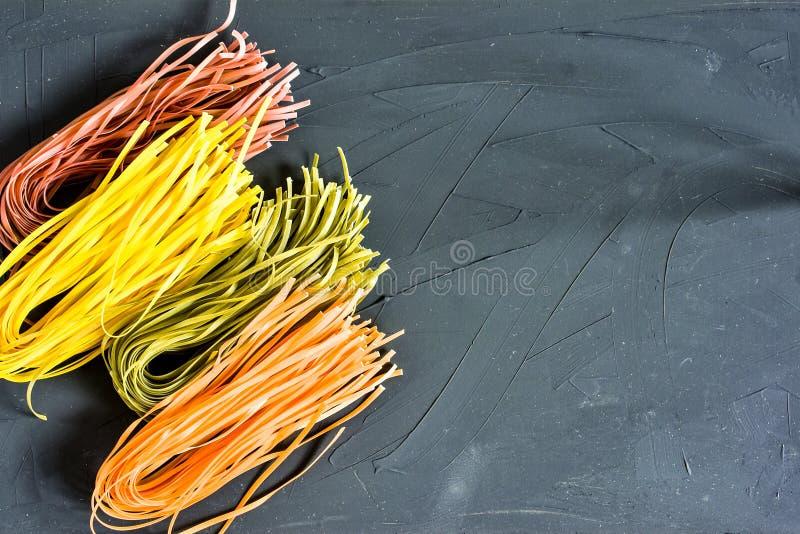 Różnorodny makaron nad barwionym tłem Odgórny widok z kopii przestrzenią obrazy stock