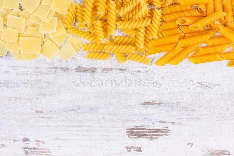 Różnorodny mieszanka makaron jako źródło węglowodany i włókno, kopii przestrzeń dla teksta na pokładzie fotografia royalty free