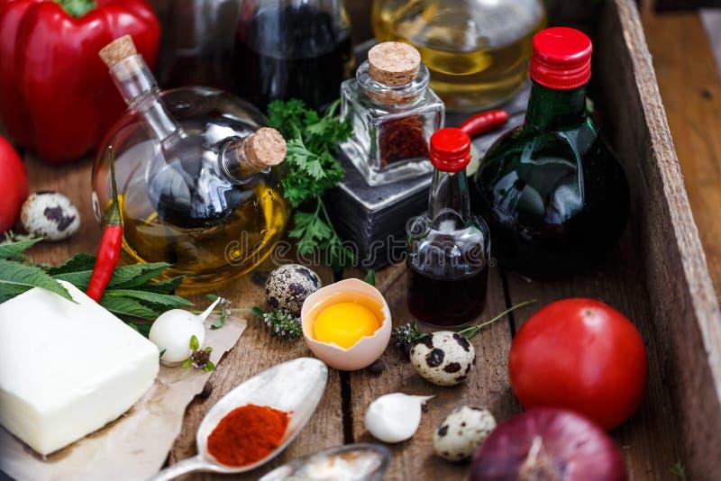 Różnorodny pikantność, olejów i kumberlandów wybór na drewnianym tle, obrazy stock