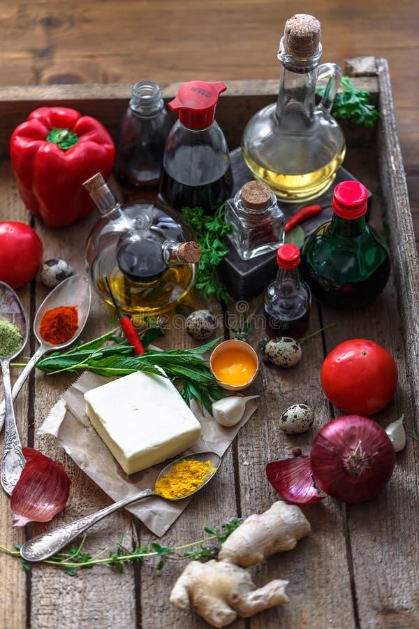 Różnorodny pikantność, olejów i kumberlandów wybór na drewnianym tle, zdjęcie royalty free