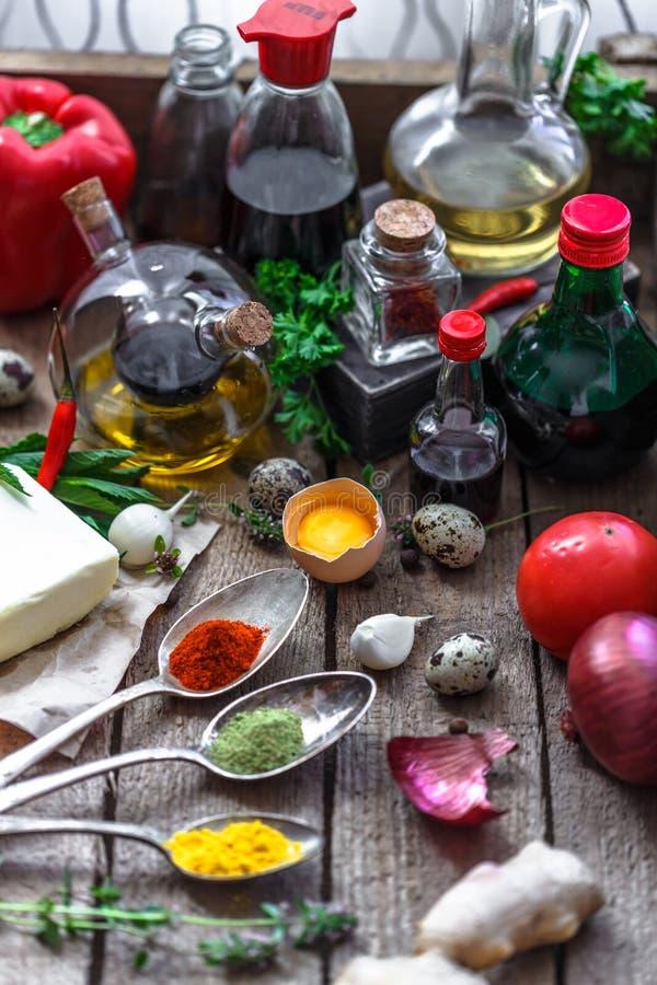 Różnorodny pikantność, olejów i kumberlandów wybór na drewnianym tle, zdjęcia stock