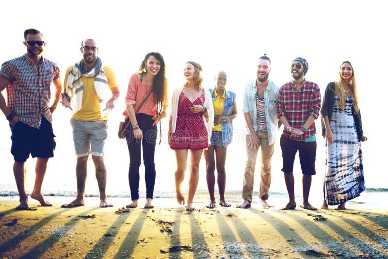 Różnorodny Plażowy lato przyjaciół zabawy więzi uczuciowa pojęcie obrazy royalty free