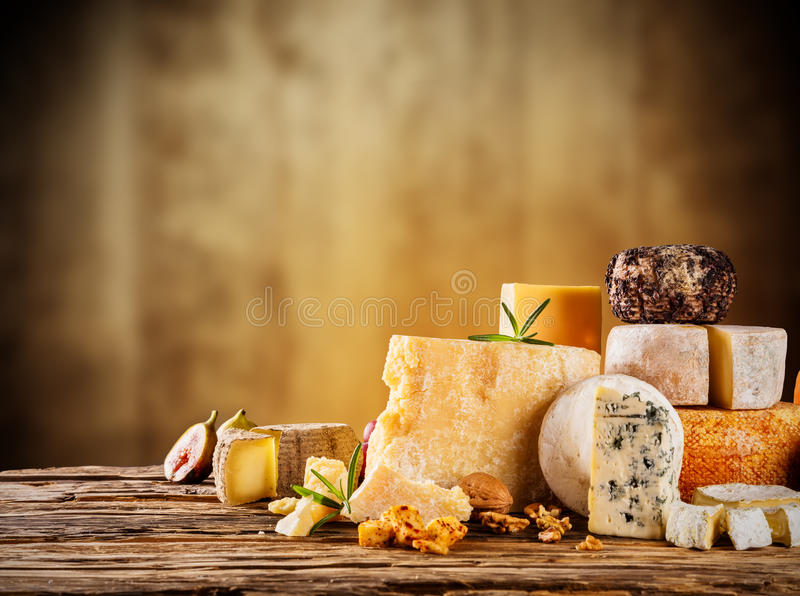 Różnorodny ser słuzyć na drewnie jakby zdjęcia stock
