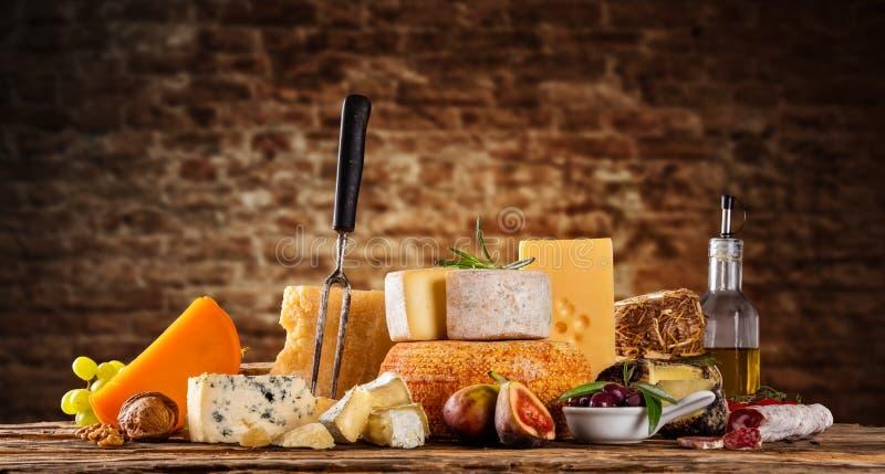 Różnorodny ser słuzyć na drewnie jakby obrazy stock