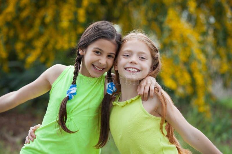 Różnorodny szczęśliwy ono uśmiecha się, dzieciaki fotografia royalty free