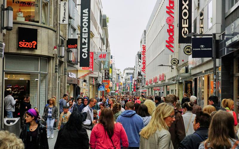 Różnorodny tłum wypełnia głównego zakupy gromadzką ulicę w Kolonia, Niemcy zdjęcie stock