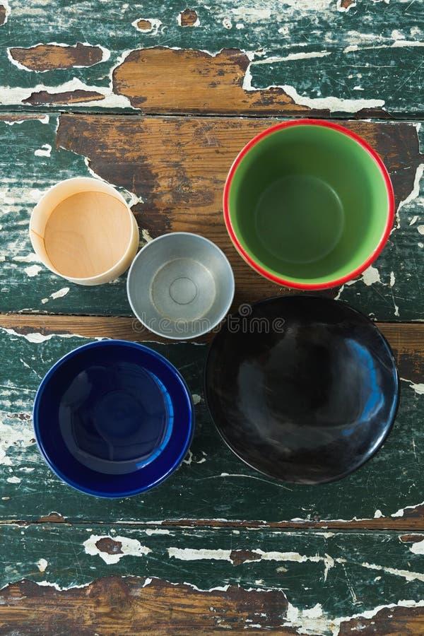 Różnorodny typ pusty puchar na drewnianym stole zdjęcie royalty free