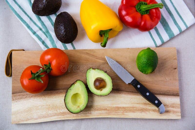 Różnorodny warzywo na Drewnianej Tnącej desce zdjęcia stock