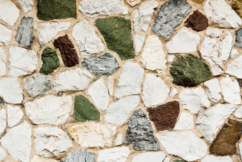 Różnorodnych kolorów kamienna ściana fotografia stock