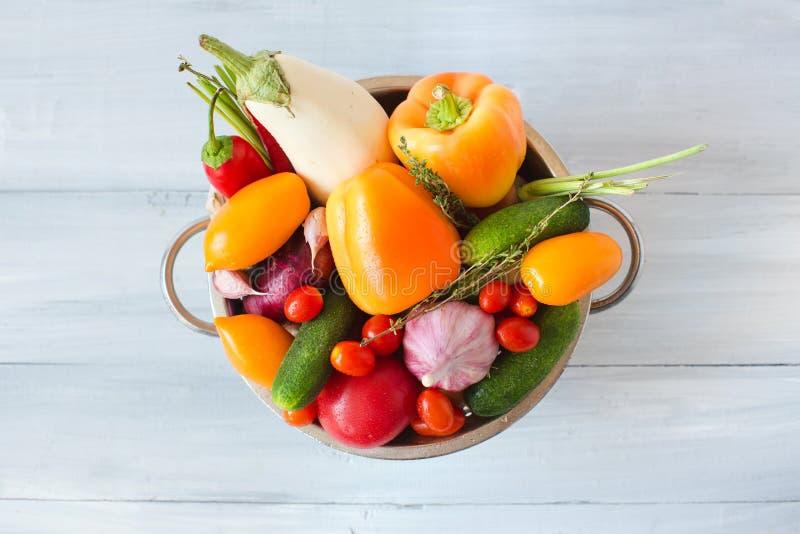Różnorodnych kolorowych warzyw odgórny widok zdjęcia royalty free