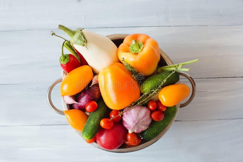 Różnorodnych kolorowych warzyw odgórny widok fotografia royalty free