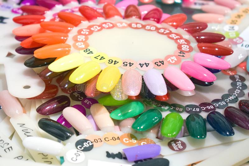 Różny kolorowy gwoździa połysku manicure'u palety tło Próbki gwoździ lakiery Fałszywy pokazu gwoździa sztuki fan koła połysku Pr obraz royalty free