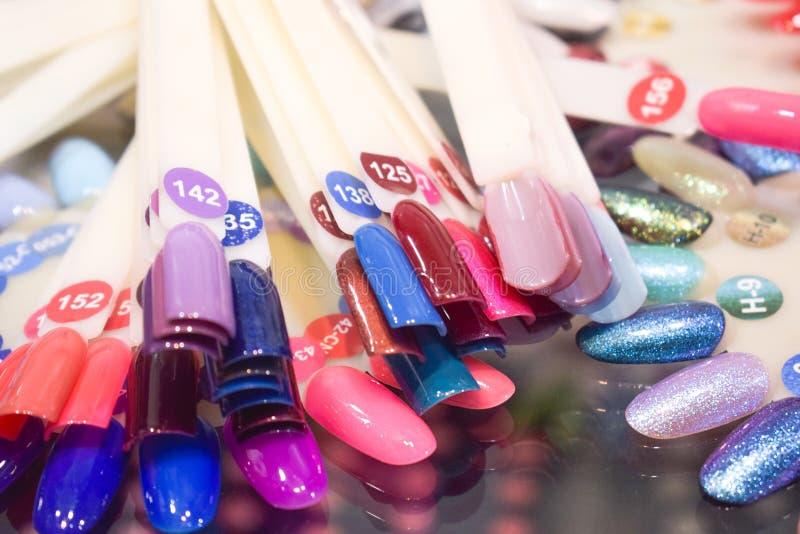 Różny kolorowy gwoździa połysku manicure'u palety tło Próbki gwoździ lakiery Fałszywy pokazu gwoździa sztuki fan koła połysku Pr zdjęcie stock
