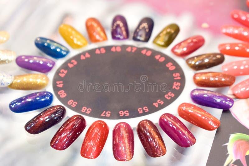 Różny kolorowy gwoździa połysku manicure'u palety tło Próbki gwoździ lakiery Fałszywy pokazu gwoździa sztuki fan koła połysku Pr zdjęcia stock