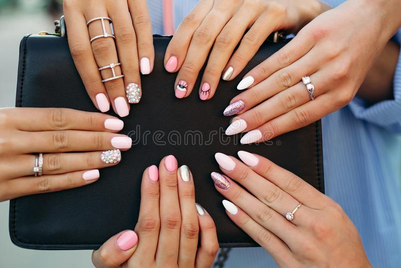 Różny modny i modny manicure z projektem na dziewczyny s rękach obraz stock