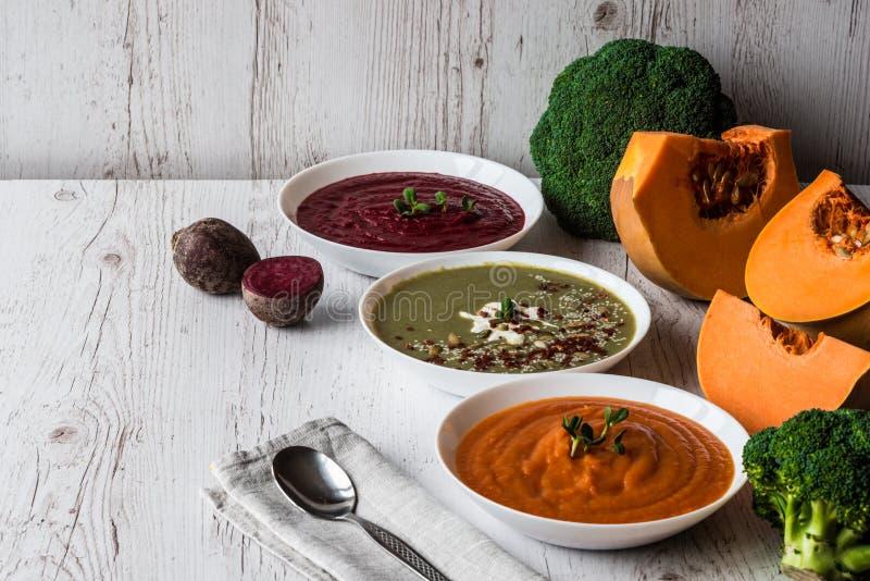 Różny weganinu jedzenie Kolorowych warzyw kremowe polewki i składniki dla polewki Zdrowy łasowanie, dieting, jarosz fotografia royalty free