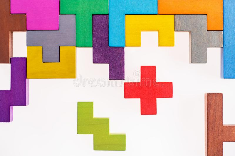 Różnych kolorowych kształtów drewniani bloki na beżowym tle, mieszkanie nieatutowy Geometryczni kształty w różnych kolorach, odgó obrazy stock