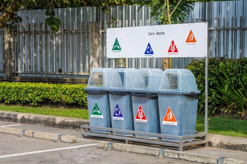 Różnych plastikowych kubeł na śmieci lub śmieciarskich koszy teren publicznie fotografia stock