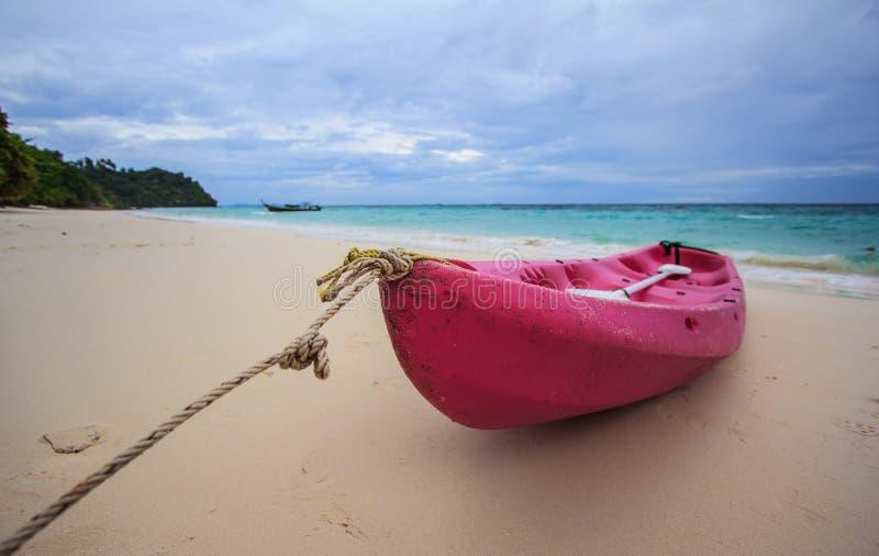 Download Różowa łódź obraz stock. Obraz złożonej z piękny, gorący - 28970001