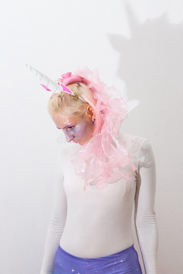 Różowa śliczna seksowna dziewczyny jednorożec na białym tle w górę kobiet potomstw zamknięty portret karnawał kostiumowy Venice obraz stock