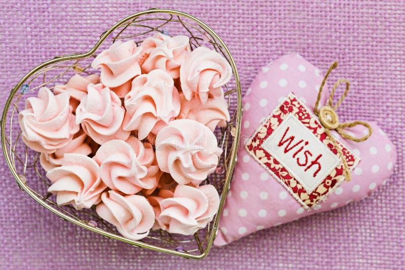 Różowa beza w sercu kształtował kosz z miękkim tkaniny sercem obok, zdjęcie royalty free