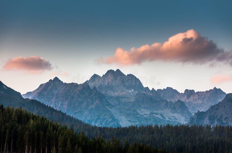 Różowa chmura nad górami w Wysokim Tatras zdjęcia royalty free