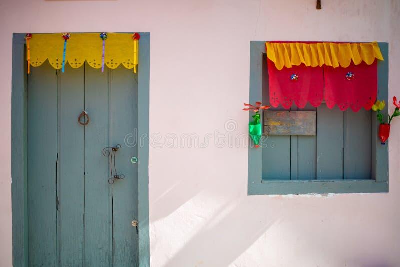 Różowa domowa fasada z błękitnawym szarym drzwi i okno zdjęcia royalty free