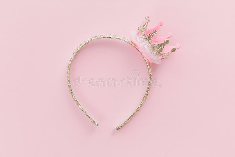 Różowa i złocista princess korony kapitałka na cukierek menchii tle zdjęcie stock