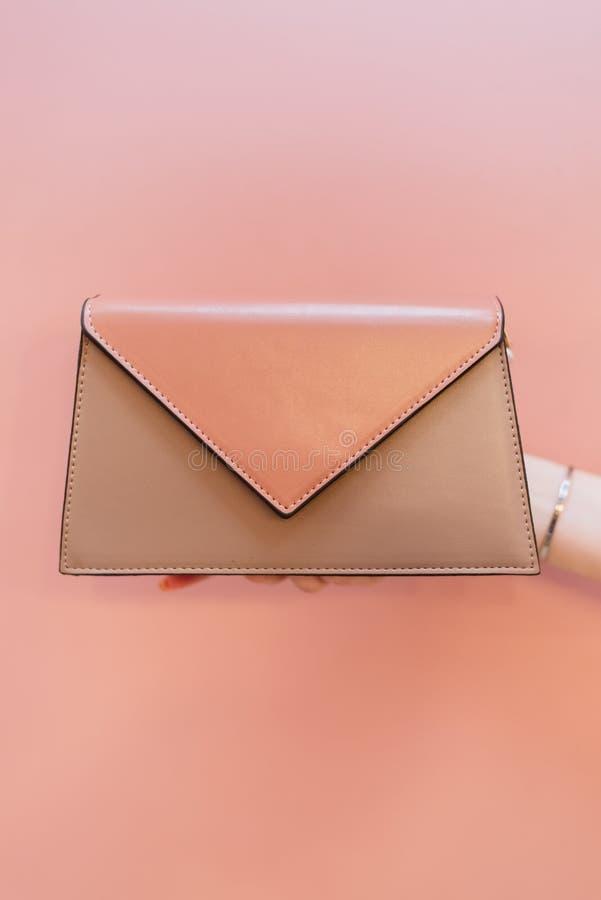 Różowa kobiety torba w girl's ręce fotografia stock