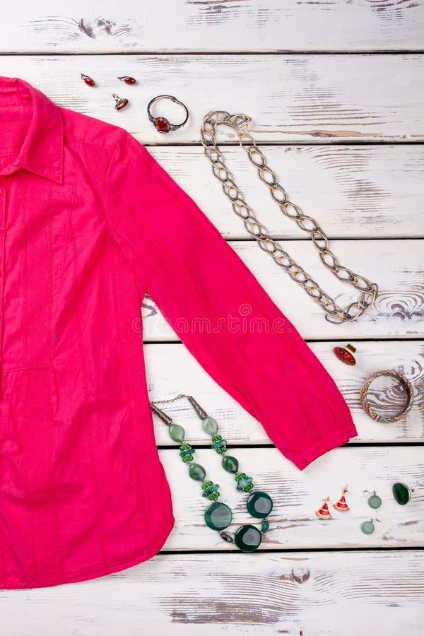 Różowa koszula, jewellery kolie, pierścionki obraz royalty free
