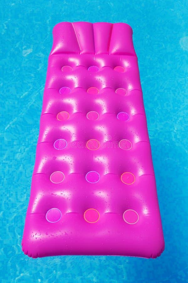 Różowa lotnicza materac w pływackim basenie kolor tła wakacje czerwonego żółty obraz stock
