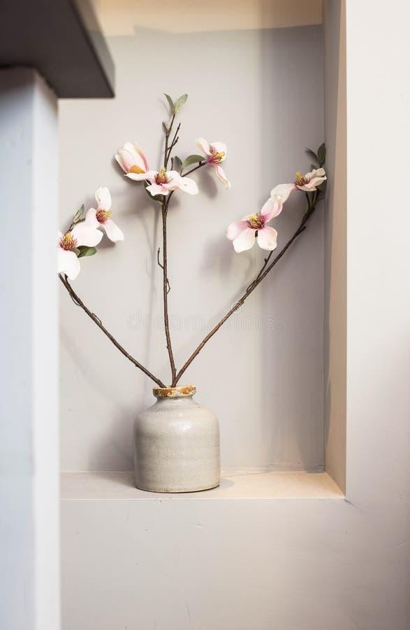 Różowa orchidea kwitnie w ceramicznej wazie obraz royalty free