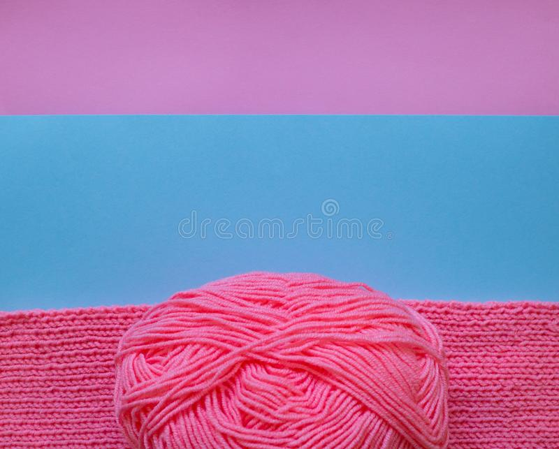 Różowa przędzy piłka, dzianie na kolorowym tle i zdjęcie stock