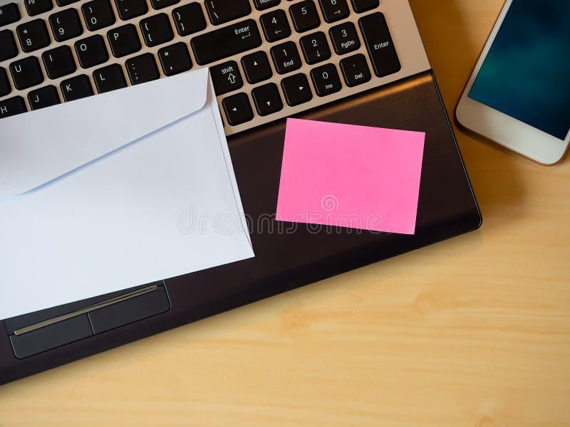 Różowa puste miejsce notatka, wizytówka na stole lub fotografia royalty free