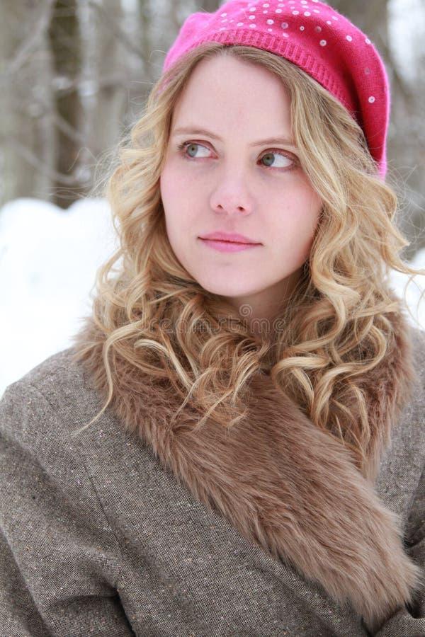 Różowa Sequined bereta i futerka kurtki zimy Nieskora kobieta obraz stock
