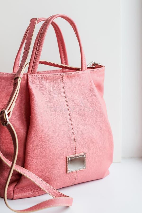 Różowa torba Piękna elegancka i luksusowa mody skóry menchii kobiet torebka odizolowywająca na białym tle rzemienne menchie zdjęcie stock