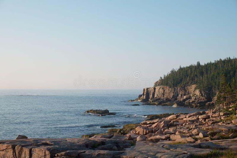 Różowe Granitowe falezy i spadać głazy w Acadia parku narodowym zdjęcie stock