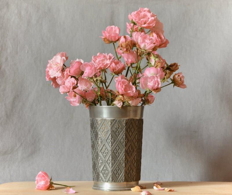 Różowe kwiaty na szarym tle obrazy stock