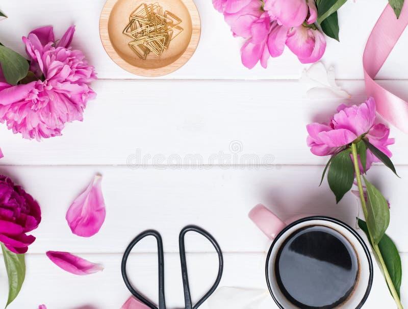 Różowe peonie i mali przedmioty na białym drewnianym tle obrazy royalty free