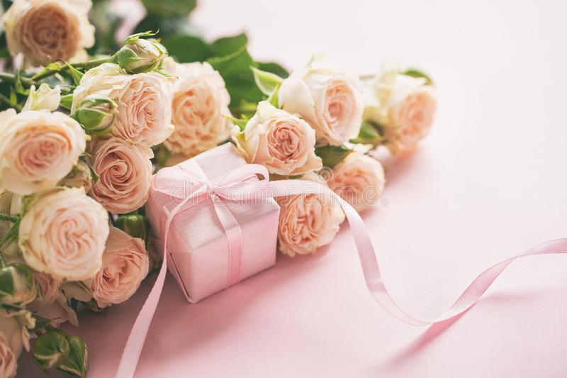 Różowe róże i menchii tło kwitną prezenta lub teraźniejszości pudełka Matka dzień, urodziny, walentynka dzień, kobieta dnia pojęc zdjęcie royalty free