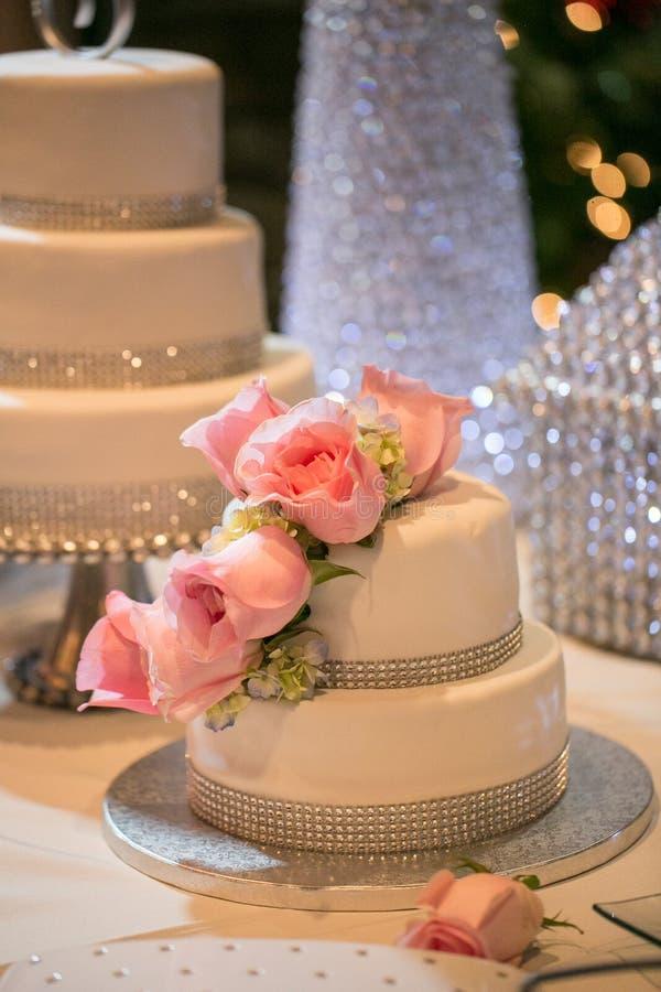 Różowe róże na ślubnym torcie obrazy stock