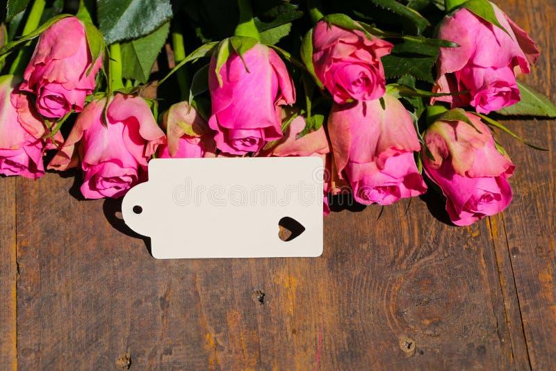 Różowe róże na drewnianym tle, kopii przestrzeń, matka dzień, urodziny zdjęcia stock