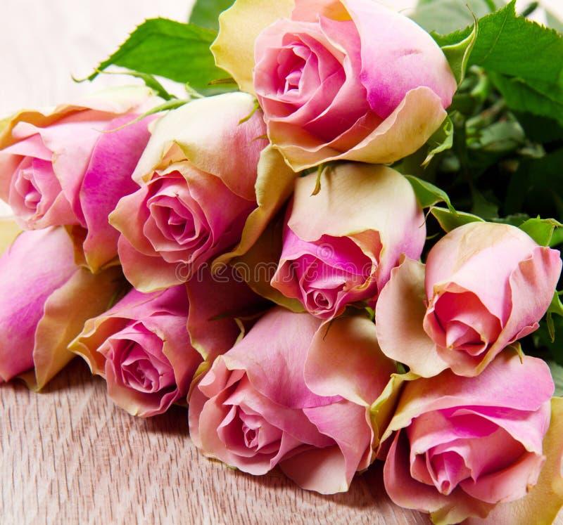 Różowe róże na drewnie obraz stock