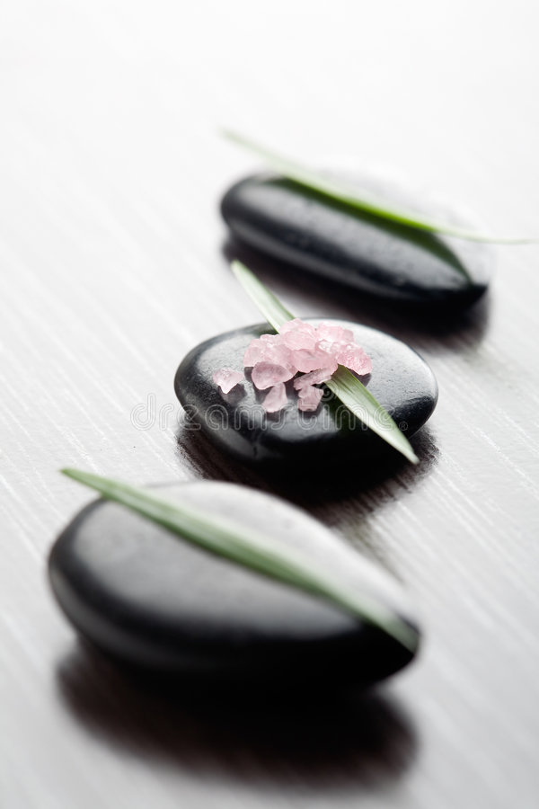 różowe soli w wannie obrazy royalty free