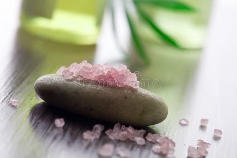 różowe soli w wannie zdjęcia stock