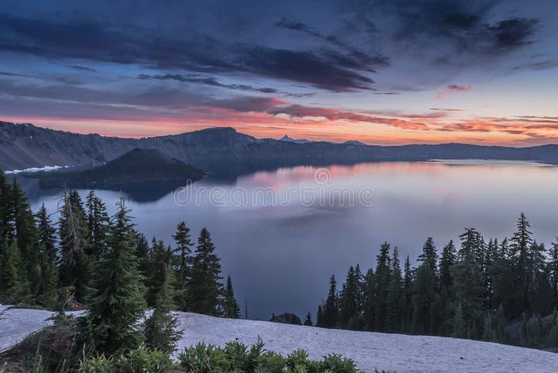 Różowe wschód słońca przerwy Nad Krater jeziorem fotografia stock