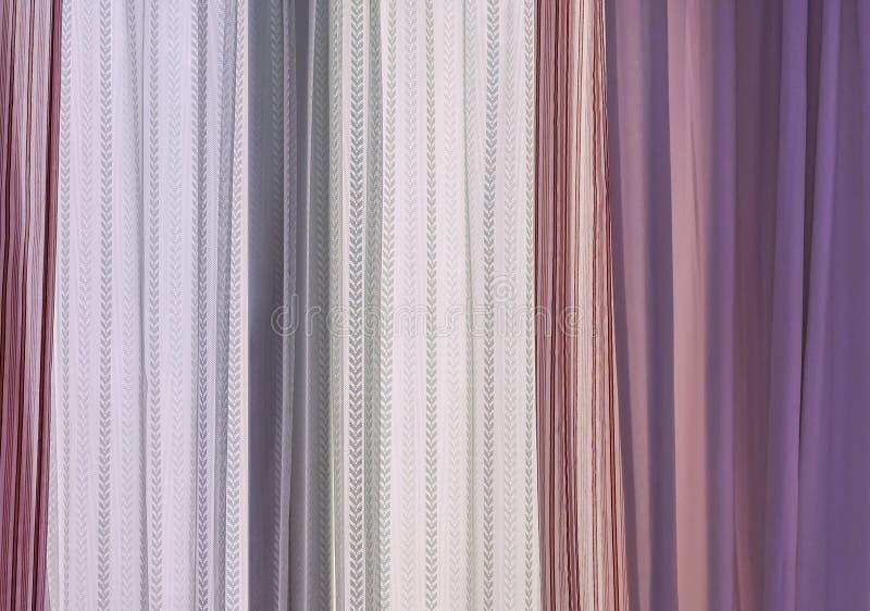 Różowe zasłony i biały tiul na żywym izbowym okno fotografia stock